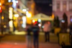 Menigte die zich op de oude vage straat beweegt van de stadsnacht Royalty-vrije Stock Afbeelding