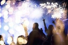 menigte het letten op vuurwerk - abstracte de vakantieachtergrond van Nieuwjaarvieringen stock foto's