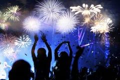 menigte het letten op vuurwerk - abstracte de vakantieachtergrond van Nieuwjaarvieringen royalty-vrije stock foto's