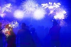 menigte het letten op vuurwerk - abstracte de vakantieachtergrond van Nieuwjaarvieringen royalty-vrije stock foto