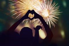 Menigte het letten op vuurwerk en het vieren van de Nieuwjaar` s Vooravond royalty-vrije stock foto's