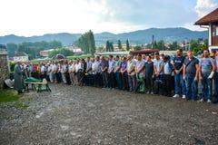 MENIGTE: Moslims op een rij op begrafenis stock foto