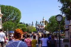 Menigte op Main Street Disneyland stock afbeeldingen