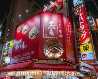 Menigte in Takoyaki Juhachiban zoon-Dohtonbori bij Dotonbori-straat in Osaka, Japan stock afbeeldingen