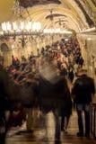 Menigte tijdens spitsuur in metro van Moskou post, Rusland royalty-vrije stock foto's