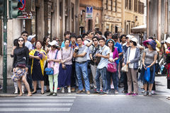 Menigte van Aziatisch menseneinde op de straat Stock Afbeeldingen