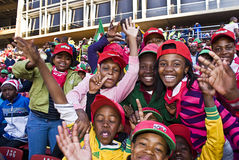 Menigte van de Kinderen die van de School - WC 2010 van FIFA toejuichen Stock Afbeeldingen