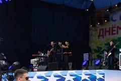 Menigte van het band de rode silhouet Populaire zanger op stadium voor menigte op scène in nachtclub Heldere stadiumverlichting O stock foto's