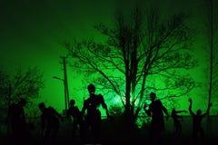 Menigte van hongerige zombieën dichtbij woningbouw stock afbeeldingen