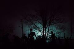 Menigte van hongerige zombieën in het hout stock foto