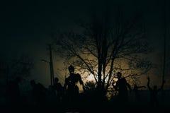 Menigte van hongerige zombieën in het hout stock foto's