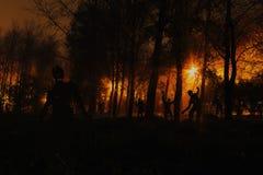 Menigte van hongerige zombieën in het hout royalty-vrije stock fotografie