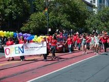 Menigte van marchers bij 2017 SF Vrolijk Pride Parade stock afbeelding