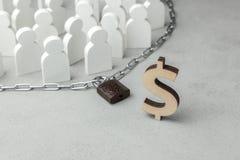 Menigte van mensen achter de ketting met slot en dollargeldsymbool Het concept financiële beperkingen royalty-vrije stock fotografie