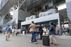 Menigte van mensen bij de belangrijkste ingang aan de de Postbouw van Kyoto, het belangrijkste station en de vervoershub in Kyoto Stock Foto's