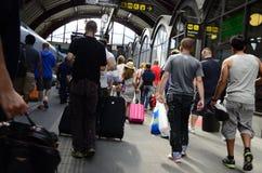 Menigte van mensen bij een station Royalty-vrije Stock Fotografie