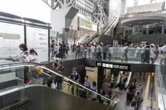 Menigte van mensen bij passagierssamenkomst binnen de de Postbouw van Kyoto, het belangrijkste station en de vervoershub in Kyoto Royalty-vrije Stock Foto
