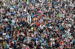 Menigte van mensen bij Pl Sant Jaume, Barcelona Stock Foto's