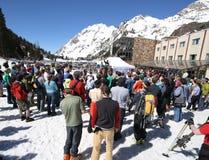 Menigte van mensen bij skitoekenning stock fotografie