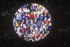 Menigte van mensen in cirkel over sterrenachtergrond Royalty-vrije Stock Fotografie