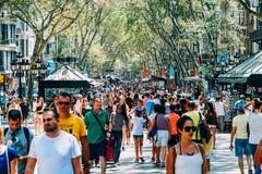 Menigte van Mensen in de Centrale Stad van Barcelona op de Straat van La Rambla royalty-vrije stock afbeeldingen