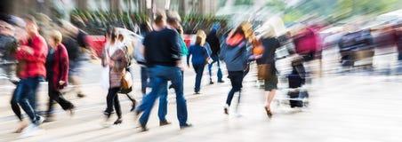 Menigte van mensen in de stad met gezoemeffect stock foto's