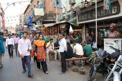 Menigte van mensen dichtbij de Nieuwe Markt, Kolkata, India stock fotografie