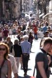Menigte van mensen die binnen via del Corso in Rome lopen (Italië) Royalty-vrije Stock Afbeeldingen