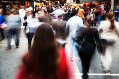 Menigte van mensen die een straat kruisen Royalty-vrije Stock Foto's