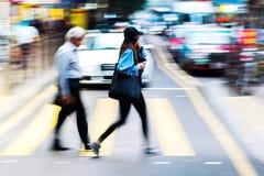 Menigte van mensen die een straat kruisen Royalty-vrije Stock Fotografie