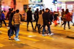 Menigte van mensen die een straat kruisen bij nacht Royalty-vrije Stock Fotografie