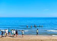 Menigte van mensen die en op de Jachthaven d&#x27 zwemmen lopen; Of strand Stock Fotografie