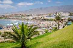 Menigte van mensen die en op het Torviscas-strand in Tenerife, Spanje zwemmen zonnebaden Royalty-vrije Stock Foto