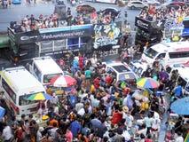 Menigte van mensen die het traditionele Songkran-Nieuwjaarfestival vieren Royalty-vrije Stock Foto