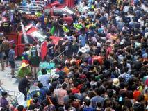 Menigte van mensen die het traditionele Songkran-Nieuwjaarfestival vieren Stock Foto