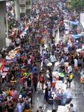 Menigte van mensen die het traditionele Songkran-Nieuwjaarfestival vieren Stock Fotografie