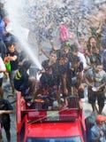 Menigte van mensen die het traditionele Songkran-Nieuwjaarfestival vieren Royalty-vrije Stock Foto's
