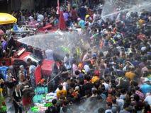 Menigte van mensen die het traditionele Songkran-Nieuwjaarfestival vieren Royalty-vrije Stock Afbeeldingen