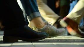 Menigte van mensen die /Istanbul/Taksim April 2014 lopen stock footage
