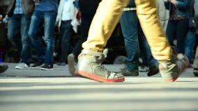 Menigte van mensen die /Istanbul/Taksim April 2014 lopen stock videobeelden