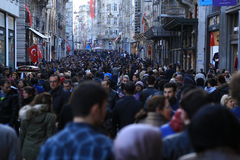Menigte van mensen die in Istiklal Istanboel April 2015 lopen stock fotografie