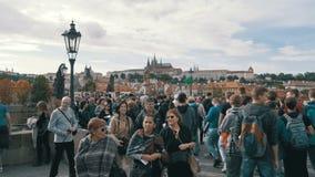 Menigte van mensen die langs Charles Bridge, Praag, Tsjechische Republiek lopen Langzame Motie stock footage