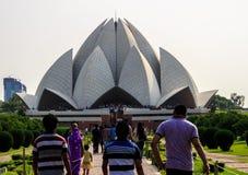 Menigte van mensen die lotusbloemtempel Delhi bezoeken Royalty-vrije Stock Fotografie