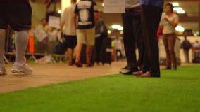 Menigte van mensen die met bagage in de internationale luchthaven van Phuket lopen, langzame motie stock video