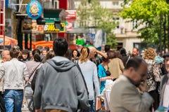 Menigte van Mensen die op Bezige Straat lopen Stock Afbeelding