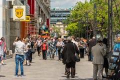 Menigte van Mensen die op Bezige Straat lopen Stock Foto