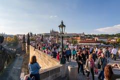Menigte van mensen die op de beroemde Charles-brug in Praag lopen stock fotografie