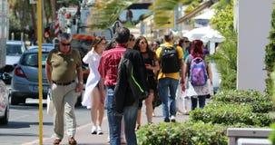 Menigte van Mensen die op de Stoep in Cannes lopen stock footage