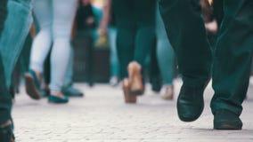 Menigte van mensen die op de straat lopen Menigtevoeten stock video