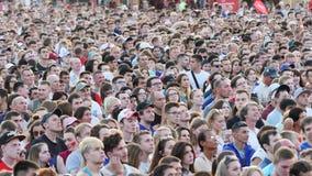 Menigte van mensen die op de uitzending van de voetbalwedstrijd op een vierkant letten Voorraadlengte Voetbalventilators stock footage